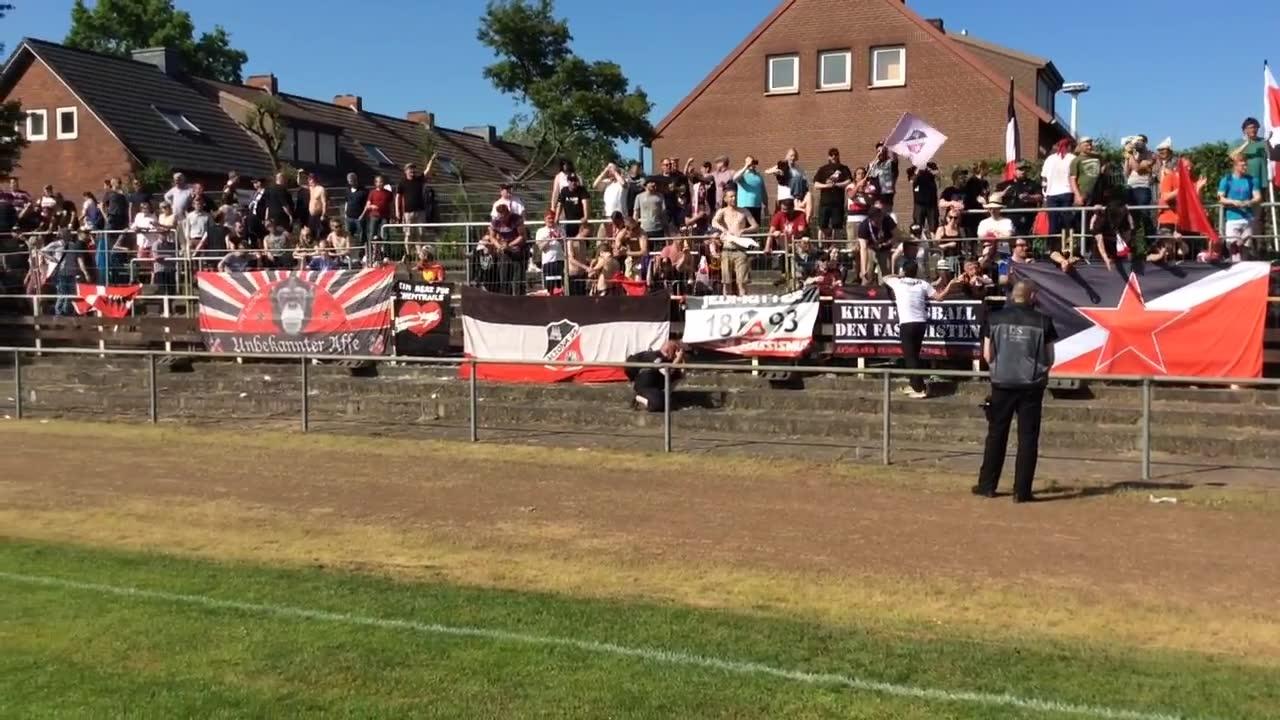 Altona-Fans klatschen die Mannschaft ab